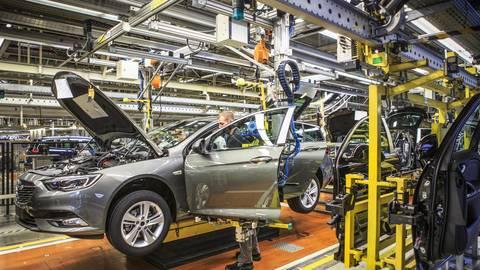 Noch ist er allein, der Opel Insignia. Doch bald laufen auf dem Rüsselsheimer Band auch die Modelle Astra und DS4. Foto: Opel