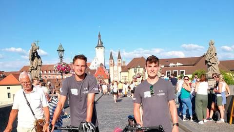 Die beiden Spendenradler Lukas Geil (l.) und Felix Janson waren unterwegs in Süddeutschland. Unter anderem legten sie einen Zwischenstopp auf der Steinernen Brücke in Würzburg ein. Foto: Felix Janson.