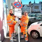 René Dacyk (l.) und Dirk Donde von der Schilderkolonne des städtischen Betriebshofs stellen das mobile Halteverbotsschild in der Graupfortstraße auf.  Foto: Stadt Limburg