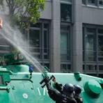 """In der Dokumentation wird auch die Frage gestellt, ob diese junge Demonstrantin in Hamburg mit Pfefferspray """"weggespritzt"""" werden durfte. Foto: dpa"""