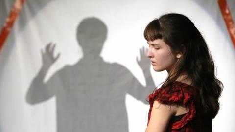 """Das eigene Ich kann fremd erscheinen: Franka Bohny als Sophia in """"Achterbahn"""", hinter ihr Setareh Nori Safidkhani beim Schattentanz. Foto: Michelle Spillner"""