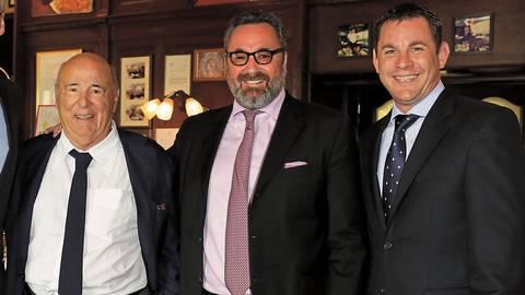 Wiesbadens ehemaliger Oberbürgermeister Sven Gerich (rechts) mit (von rechts) Stephan und Roland Kuffler bei 25 Jahre Käfer's im Kurhaus. Archivfoto: Kuffler