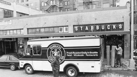 Am  Pike Place Market unweit des Hafens von Seattle eröffnete am 31. März 1971 die erste Filiale von Starbucks Fotos:                                 StarbucksPeet's Coffee, Courtesy MOHAI (Museum of History & Industry), Adobe Stock/Savvapanf Photo