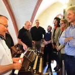 Großer Bahnhof für die Orgel in Heilig Kreuz Assmannshausen. Dank zweier Bescheide über je 10 000 Euro ist das Geld für die Restaurierung jetzt zusammen. Foto: Heinz Margielsky