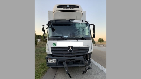 """Der Lastwagen war nach dem """"Ritt auf der Leitplanke"""" nicht mehr fahrbereit. Foto: Autobahnpolizei Gau-Bickelheim"""