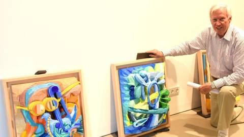 Der Künstler und Kunstförderer Tom Sommerlatte mit seinen Bildern im Kunsthaus in Niederlibbach. Foto: RMB/Wolfgang Kühner  Foto: RMB/Wolfgang Kühner