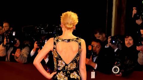 Schöne Rückenansicht. Franziska Knuppe trägt eine Rennie-Kreation von Basler. Foto: Kossiwakis