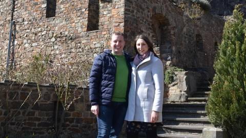Der Teppich ist ausgelegt. Marco und Cora Hecher freuen sich als neue Pächter, demnächst Gäste auf Burg Sooneck begrüßen zu dürfen. Foto: Jochen Werner