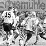 """Selbst """"Kaiser"""" Franz Beckenbauer (rechts) hat als DFB-Teamchef des Öfteren auf dem kleinen Sportplatz an der """"Erbismühle"""" gekickt. Hier am 8. August 1988. Foto: jf"""