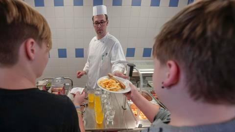 """Ein Mittagessen erhalten teilhabeberechtigte Schülerinnen und Schüler bis 30. Juni bei einem der Kooperationspartner """"Mobiler Mittagstisch"""".   Symbolbild Guido Schiek"""