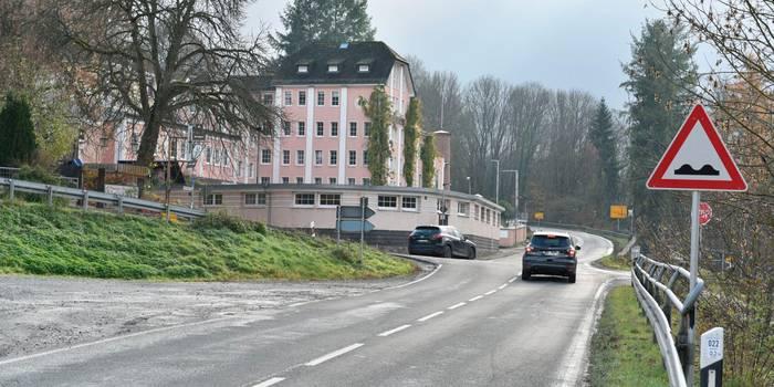 Unfallträchtig: Der Kreuzungsbereich zwischen Obermühle und Heimatmuseum in Braunfels.    Foto: Jenny Berns