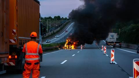Die Baumaschine brannte auf der A3 am Wiesbadener Kreuz komplett aus. Foto: wiesbaden112.de
