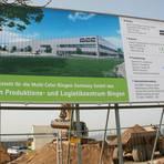 Im Gewerbepark Sponsheim/Grolsheim zeigt das Bauschild an der MCC-Baustelle, wie das geplante   Produktions- und Logistikzentrum aussehen soll. Foto: Christine Tscherner