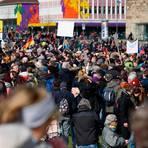 """Mehrere Tausend Menschen demonstrieren am 20. März in Kassel gegen die Corona-Maßnahmen. Auch der Wetzlarer Klinikleiter war eigenen Angaben zufolge unter den Demonstranten. Er schreibt auf Facebook, es sei """"schön und ermutigend"""" gewesen, """"so viele gleichgesinnte Menschen zu sehen"""".   Archivfoto: Swen Pförtner/dpa"""