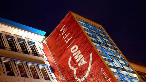Scheinwerfer beleuchten das Erich-Nitzling-Haus der Arbeiterwohlfahrt in Frankfurt. Foto: dpa