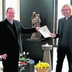 Bischof Georg Bätzing überreicht Olaf Lindenberg die Ernennungsurkunde. Zum 1. Mai übernimmt er die Aufgabe des Offizials und die Leitung des kirchlichen Gerichts. Foto: Bistum Limburg