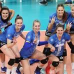 Strahlende Siegerinnen: Die Volleyballerinnen des VC Wiesbaden feiern den 3:2-Sieg gegen Favorit SSC Schwerin. Foto: rscp / Frank Heinen