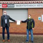 Symbolische Scheckübergabe von Bürgermeister Michael Franz (l.) an den Vereinsvorsitzenden Oliver Keul. Foto: Kerstin Kaminsky