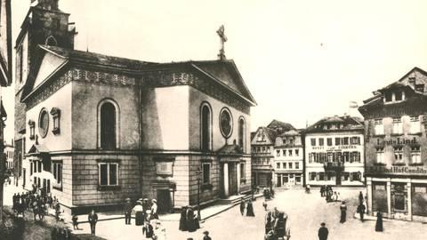"""Im Schatten der mächtigen Stadtkirche: Das """"Hotel Einhorn"""" (rechts) ist 1920 In-Location.  Foto: Stadtarchiv Gießen"""