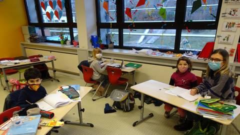 Die FSJlerin Katharina Otto (re.) mit Kindern bei der Notbetreuung in der Grundschule. Foto: Grundschule