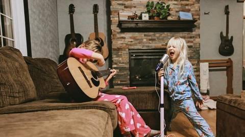 Kinder singen meist völlig frei und unbeschwert, ein Leistungsgedanke kommt oft erst durch die Eltern dazu. Foto: Imago/Cavan Images,Illu: Adobe Stock/Savanno