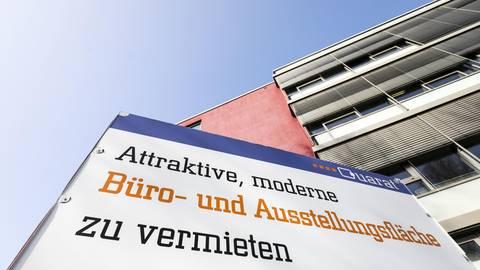 Solche Schilder hängen in Darmstadt meist nicht lange. Foto: Guido Schiek