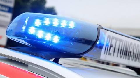 Blaulicht auf einem Rettunsgwagen. Symbolfoto: Jörg Lantelme - stock.adobe