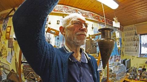 Wolfgang Rücker – Herr über 3000 Senklote. So verschieden die Formen auch sind, sie dienten immer demselben Zweck: die richtige senkrechte Linie zu finden. Foto: Wolfgang Bartels