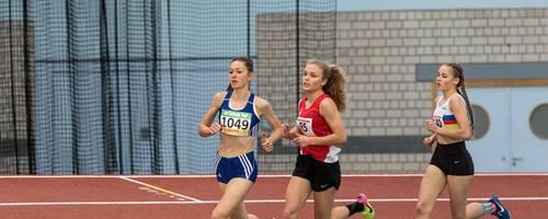 Flott unterwegs: Die Darmstädterin Jule Behrens (Mitte) gewinnt die 1500-Meter-Entscheidung der weiblichen Jugend U18 und lässt dabei auch Miriam Ruoff (Wiesbaden/links) und Elena Taubel (Hanau-Rodenbach/rechts) hinter sich. Foto: Raphael Schmitt