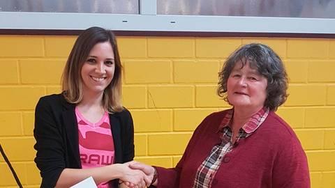 Janina Zeisbrich (links) ist jetzt offiziell Konrektorin der Grundschule Dillbrecht. Schulleiterin Dorothea Buchner überreicht ihr die entsprechende Urkunde.  Foto: Grundschule Dillbrecht