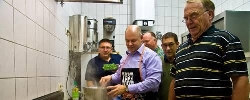 In der Pfanne schmort schon das Fleisch: Der Booser Männer-Kochclub zaubert Biergulasch nach altfränkischer Art. Foto: Wolfgang Bartels