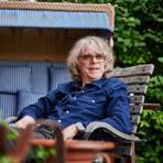 Helge Schneider ist ohnehin ein Fan von Strandkörben - hier auf seiner eigenen Terrasse in Mühlheim an der Ruhr. Der Musiker und Comedian kommt am 19. Juli nach Wiesbaden. Archivfoto: dpa