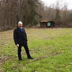 Ortsbürgermeister Bernhard Haas zeigt den neuen Grünschnittsammelplatz am Waldrand von Sponheim. Mit dem neuen Angebot soll das zunehmende wilde Abkippen von Grünabfällen in der Landschaft gestoppt werden. Foto: Wolfgang Bartels
