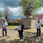 Vor dem Denkmal Arnolds: Carolin Käs, Werner Heibertshausen (l.) und Gerd Höricht. Foto: Käs