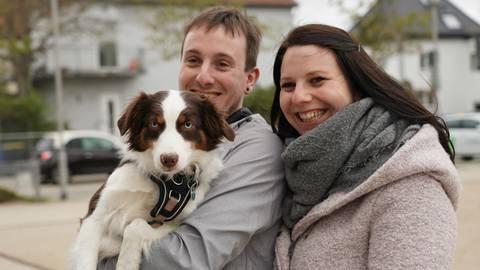 Julia Pfeiffer und Dominik Schinkel präsentieren den neugewählten Mörfelden-Walldorfer Superhund Holly. Foto: Vollformat/Marc Schüler