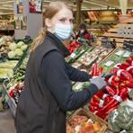Im Akkord räumen Heike Marx und Joana Tovornik Obst und Gemüse im Supermarkt ein.  Foto: Udo Mallmann/AMP