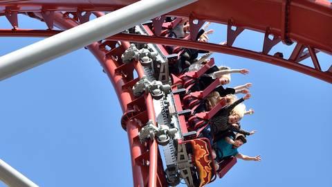 """Nervenkitzel ist in der Achterbahn """"Sky Screamer"""" im Holiday Park Haßloch angesagt - wenn auch mit besonderen Vorkehrungen. Foto: dpa"""