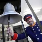 Auch im Kranichsteiner Eisenbahnmuseum findet sich – wie in Pfungstadt – eine Glocke der ehemaligen Hessischen Ludwigsbahn, die hier von Matthias Mampel in der historischen Uniform eines Ingenieurs geläutet wird. Foto: Karl-Heinz Bärtl