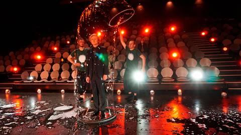 """David Friedrich (r.) und Jonas Brannath (l.) """"packen"""" den Moderator in einer Riesenseifenblase. Foto: David Friedrich"""