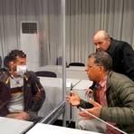 Der 33-jährige Angeklagte (l.) spricht in dem provisorisch in einem Festzelt eingerichteten Gerichtssaal mit Verteidiger Bernward Kullmann (r.) und einem Übersetzer.  Foto: Kerstin Kaminsky
