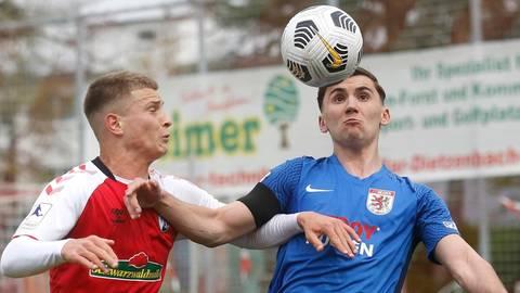 Rückkehrer Andrej Markovic (rechts) behält im Zweikampf mit dem Breisgauer Konrad Faber die Oberhand. Foto: Ben