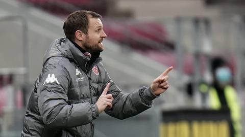 05-Trainer Bo Svensson gestikuliert am Spielfeldrand.  Foto: dpa