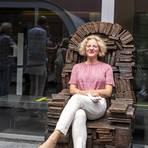 """Hommage an Gutenberg: die Großplastik """"Gutenberg-Sessel"""" von Liesel Metten. Museumschefin Annette Ludwig testet die Sitzqualität des neuen Literatur-Objekts. Foto: hbz/Stefan Sämmer"""