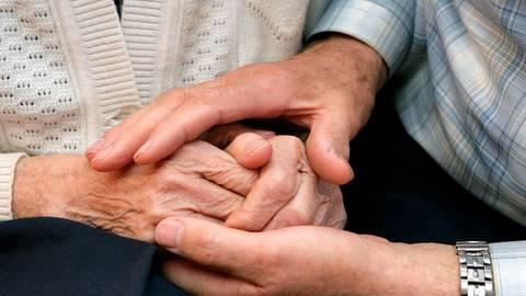 Die Bevölkerung wird immer älter, deshalb steigt auch die Zahl der Demenz-Erkrankten. Für Angehörige ist die Diagnose oft ein schwerer Schock.  Foto: Patrick Pleul/dpa