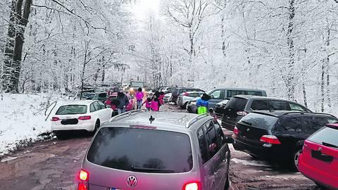 Chaos auf dem Parkplatz Förster-Bitter-Eiche bei Hausen vor der Höhe. Doch so einfach kann die Gemeinde Schlangenbad den Parkplatz nicht sperren. Denn der liegt auf Eltviller Gemarkung, dafür zuständig ist also die Stadt Eltville.    Foto: Naturpark