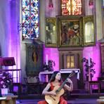 Yuliya Lonskaya spielt ihre Akustikgitarre nur bei besonderen Anlässen. Foto: RMB/Heinz Margielsky