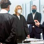 Vor Prozessbeginn: Die Vorsitzende Regine Enders-Kunze (rechts) im Gespräch mit den vier Verteidigern.  Archivfoto: Mosel
