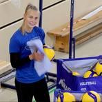Einmal wischen und legen bitte: Zum Ritual des Trainings unter Corona-Auflagen gehört für VCW-Mittelblockerin Selma Hetmann auch das Desinfizieren der Volleybälle nach den Übungseinheiten.  Foto: René Vigneron