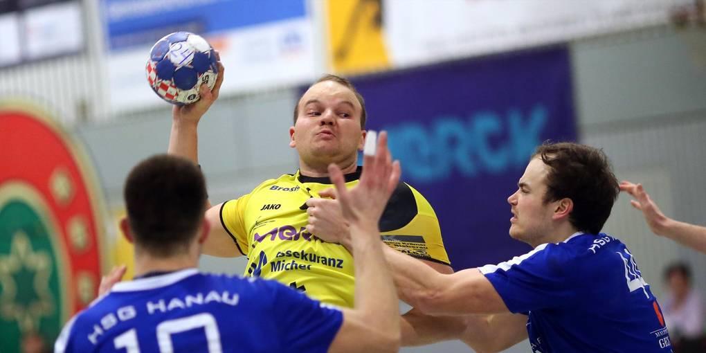 Michael Malik (Mitte) trifft achtmal für die MSG Groß-Bieberau/ Modau, die Punkte gehen aber seinen zukünftigen Verein HSG Hanau mit Marius Brüggemann (rechts). Foto: Jürgen Pfliegensdörfer