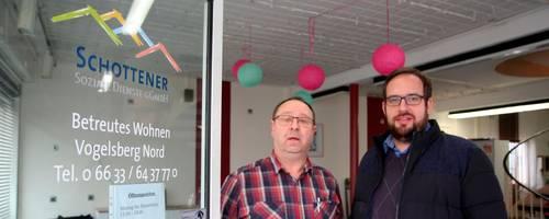 Ein Büro als offene Begegnungsstätte in Homberg, das wünschen sich (von links) Mario Niesczeri-Zientz, Einrichtungsleiter Betreutes Wohnen, und Oliver Hampel, Regionalleitung Vogelsberg. Foto: Gössl